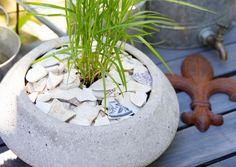 Voit hyödyntää kotoa ja luonnosta löytyviä materiaaleja ruukkukatteena. Katso Viherpihan ideat ja viimeistele istutukset kierrätysmateriaaleilla.