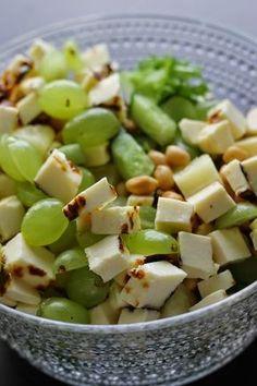 """Sarjassamme """"voisin syödä tätä joka päivä"""" olen nyt ihastunut leipäjuustosalaattiin. Salaatti syntyy vähän niistä tarpeista, mitä kaap..."""