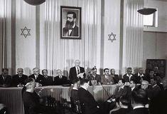 Comitê da declaração de independência de Israel. A fotografia, no quadro, retrata Theodor Herzl, o visionário do moderno Estado de Israel. Créditos: Rudi Weissenstein, Ministério das Relações Exteriores de Israel.