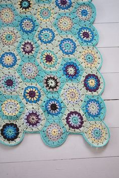 amazing hexagon blanket. beautiful colors! Just looking at it makes me think of the sea and summer.
