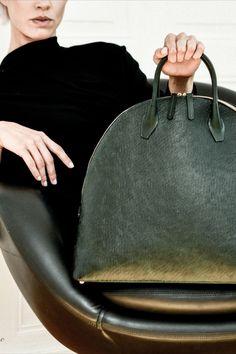 CURVY BAG, GREEN Voluminöse Handtasche aus pflanzlich gegerbten Leder, handgefertigt in Norditalien. Rind, Curvy, Kate Spade, Bags, Fashion, Northern Italy, Handmade, Handbags, Cotton