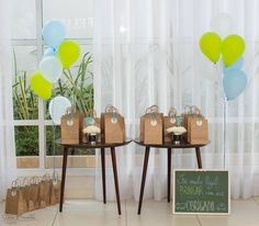 Mesa de lembrancinhas de aniversário de menino nas cores azul e verde.