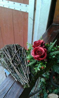 Dušičkové+srdíčko+Trvanlivá+dušičková+aranžmá.+látkové+růže+máji+barvu+bordo.+Délka+27cm,šířka+22cm. Grapevine Wreath, Grape Vines, Wreaths, Home Decor, Decoration Home, Door Wreaths, Room Decor, Vineyard Vines, Deco Mesh Wreaths