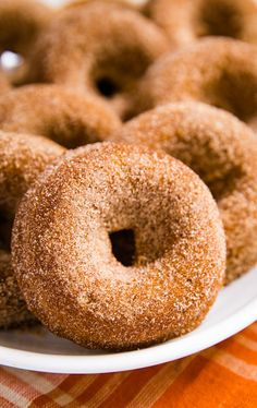You've got to make this Baked Pumpkin Donut Recipe! They're the most light and f. - You've got to make this Baked Pumpkin Donut Recipe! They're the most light and fluffy donuts th - Pumpkin Donut Recipe Baked, Baked Doughnut Recipes, Easy Donut Recipe, Baked Doughnuts, Doughnut Recipe For Doughnut Pan, Duck Donuts Recipe, Vegan Donut Recipe, Donut Batter, Healthy Donuts