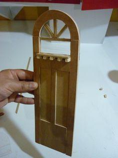 Aquí les traigo una forma de hacer una puerta decorativa para casa de muñecas, espero les guste y les sirva.