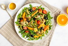 This filling salad has it all: fresh leaves and herbs, juicy oranges, artichokes and lentils, salty olives and pine nuts. A Dijon and cider vinegar dressing brings it all together. Healthy Salads, Healthy Eating, Vinegar Dressing, Artichokes, Delicious Vegan Recipes, Summer Salads, Cider Vinegar, Cherry Tomatoes, Olives
