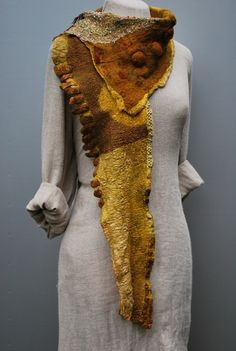 """Handgefilzter Schal """"Safran"""" von SASSAFRASDESIGN  Extravagante, handgefertigte Modeaccessoires aus Wolle, Seide und  Leinen, Schals, Taschen und Textilschmuck  auf DaWanda.com"""