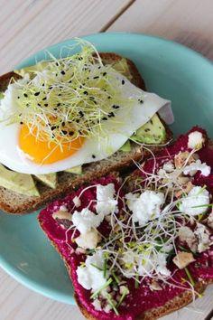 Speltbrood met rode bietenspread en avocadobeleg