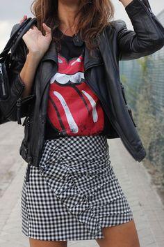 comment bien s habiller, coupe de cheveux mi longs marron, sac à main en cuir noir, jupe carrée avec t shirt noir et rouge