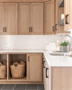 dark kitchen cabinets Natural Wood Cabinets Homeowners love the look of wood, and natural cabinets are back in a big way White Oak Kitchen, New Kitchen, Kitchen Decor, Design Kitchen, Kitchen Wood, Soapstone Kitchen, Cheap Kitchen, Kitchen Hacks, Küchen Design