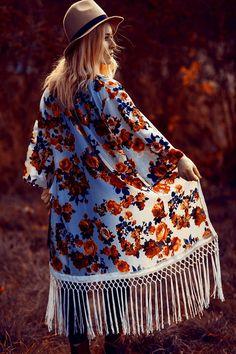 Langer Kimono mit Rosenmuster und Hut - perfekter Look für den Herbst