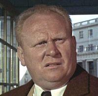 """Gert Fröbe - Karl Gerhart """"Gert"""" Fröbe (* 25. Februar 1913 in Oberplanitz, heute Zwickau-Planitz; † 5. September 1988 in München) war ein deutscher Schauspieler. Fröbe gilt als einer der bedeutendsten deutschen Charakterdarsteller des 20. Jahrhunderts. Er wirkte auch in vielen internationalen Produktionen mit. Berühmtheit erlangte der Schauspieler in der Rolle des Kindermörders in dem Krimiklassiker Es geschah am hellichten Tag von 1958 und als Schurke Auric Goldfinger in dem gleichnamigen…"""