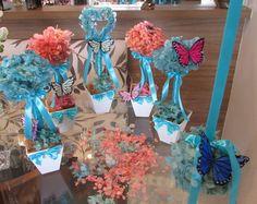 kit R$ 165,99 corresponde a:   -4 topiaras de hortências desidratadas nas cores azul tiffany e rosa-bebê; 12x30 cm.alt. - 1 bola de hortência; 15x15 cm. diâmetro - 1 topiara gurilanda de coração 12x37 cm.alt. -pout porri de clores secas para voce espalhar na sua mesa!  Todos acompanham uma borboleta em cada arranjo, inclusive na bola de flores  Arranjos em hortência desidratada, poderão ser nas cores: Vermelho, amarelo, chMpagne, lilás, roxo, laranja, verd musgo, tiffany, rosa, pink, verde…