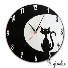 sur commande horloge petit chat dans la lune - Boutique www.magicreation.fr Clocks, Boutique, Inspiration, Cat Toys, Kittens, Vinyls, Clock, Cd Recycle, Wall Clocks