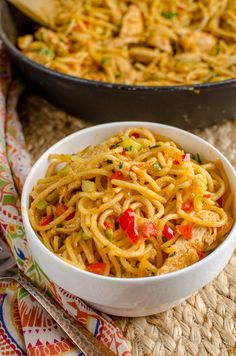 Slimming Eats Bang Bang Chicken Pasta - slimming world and weight watchers friendly - syns or 11 WW Smart Points Healthy Work Snacks, Healthy Appetizers, Healthy Eating Recipes, Cooking Recipes, Pasta Recipes, Shrimp Recipes, Healthy Food, Slimming World Chicken Recipes, Slimming World Recipes Syn Free