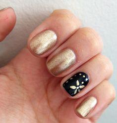 Design nail gold flower and black Diseño de uñas. Flor dorada y negro