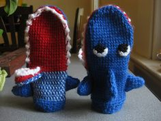 Shark Mittens :: 10 Free #Crochet Mittens Patterns - sizes for the whole family included!