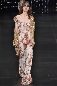 The 16 Most Memorable Hedi Slimane for Saint Laurent Moments Spring Fashion Outfits, Runway Fashion, Gala Themes, Saint Laurent, Valentino Couture, Hedi Slimane, Got The Look, Paris, Designer Collection