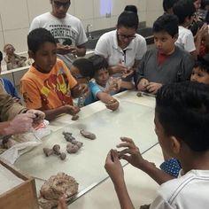 Amiguitos de los Museos invita a los niños a conocer y disfrutar sus patrimonios.  El Ministerio de Cultura y Patrimonio junto a la Universidad de las Artes el Proyecto Guayaquil Ecológico del Ministerio de Desarrollo Urbano y Vivienda y Artesco están desarrollando el taller vacacional Amiguitos de los Museos en las instalaciones de los museos Nahim Isaías y Presley Norton de Guayaquil.  Los talleres que iniciaron el martes 13 de marzo de 2018 tienen como eje de acción las artes visuales en…