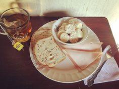#healthybreakfast: porción de banano 🍌con #AvenaEnHojuelas de @quakercolombia, jamón de pavo 🦃 de @pietran_oficial, pan 🍞 de #Linaza  de @vivalightcol y té ☕️ verde con #piña 🍍 de @tehindu con manzanilla de @lipton!!!! Lipton, Camembert Cheese, Dairy, Ice Cream, Health, Desserts, Food, Linseed Oil, Green
