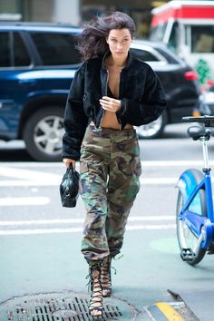 Bella Hadid Style File: Fashion and street style, fashion and wardrobe evolution in over 100 pictures. Bella Hadid's style file evolution in pictures on Vogue. Top Models, Bomber Militar, Chic Outfits, Fashion Outfits, Womens Fashion, Fashion Ideas, Fashion Story, Fashion Styles, Runway Fashion
