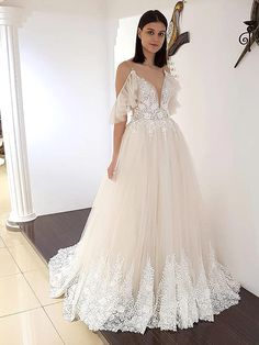 Traumhaftes Brautkleid mit tiefem V-Neck, tiefem Rückenausschnitt und Spitzenapplikationen auf dem Oberteil. Lace Wedding, Wedding Dresses, Wedding Engagement, Wedding Ideas, Fashion, La Mode, Linz, Wedding Dress Lace, Bridal Gown
