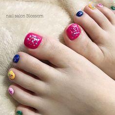 ビビッドカラーをベースにした楽しげなフットネイルは夏のおでかけにぴったり♡クラッシュシェルで可愛く女の子らしさもアピールする2018夏にしませんか✨?(id:3078089) Summer Nails, Cute Nails, Salons, Design, Summery Nails, Pretty Nails, Lounges, Summer Nail Art