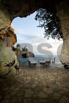 Villas Sur Mer Negril Located on the cliffs of Negril, Villas Sur Mer offers a restaurant and a beautiful outdoor pool surrounded by tropical plants. Each stylish villa has direct access to the surrounding garden.