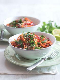 Podobně ochucený mrkvový salát se připravuje v jihovýchodní Asii, například ve Vietnamu. Je krásně křupavý a plný vitaminů, takže ho doporučujeme proti jarní únavě. Japchae, Ethnic Recipes, Food, Asia, Red Peppers, Essen, Meals, Yemek, Eten