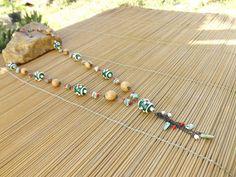colar comprido envelhecido,castroado com sementes,miçangas,cascalhos de pedra,olho de gato e porcelanas verde com flores.