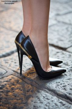 Black pointed toe heels with golden detail. Tacchi Close-Up #Shoes #Tacones #Heels