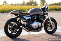 Quand Luis Alves Motos nous donne de ses nouvelles, c'est pour nous parler de la dernière Suzuki sortie de son atelier. En janvier dernier il était question d'une belle GS 1100, cette fois c'est un...