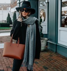 Neutral minimal outfit - all black with grey scarf and cognac leather tote bag Grey Tote Bags, Black Tote Bag, Monnier Freres, All Black Outfit, Black Outfits, Cozy Scarf, Minimal Outfit, Neutral Outfit, Cloth Bags