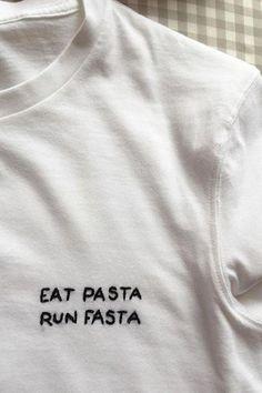 Spaß essen Pasta Run Fasta 5 Minuten DIY Stickerei T-Shirt Foto ist super! Ich sah Fun Food Pasta Run Fasta 5 Minutes DIY Embroidery T-Shirt Photo is Great! Broderie Anglaise Fabric, Diy Bordados, Diy Sticker, Tatuagem Diy, Tshirt Garn, T-shirt Broderie, Diy Kleidung, T Shirt Photo, Diy Vetement