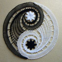 Yin-yang by Gibritte Jing Y Jang, Bijoux Fil Aluminium, Types Of Lace, Bobbin Lace Patterns, Crochet Decoration, Lacemaking, Crochet Blocks, Lace Heart, Lace Jewelry
