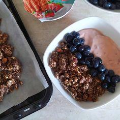 Σοκολατένια σπιτική γκρανόλα | Mygreekgreenplate Granola, Blackberry, Fruit, Food, Blackberries, Eten, Meals, Muesli, Rich Brunette