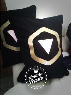 Almohadón de 40x30cm. Estampado con serigrafía, funda lavable, con cierre y relleno de vellón siliconado. La tela es Gabardina negra, con estampa dimensional en rosa y dorado.