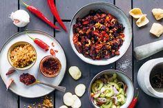 Babi ketjap: een gerecht uit de Indonesische keuken met heerlijk gestoofd varkensvlees in zoete ketjapsaus. Bekijk hier ons recept! Beef Stroganoff, Beans, Soup, Snacks, Vegetables, Breakfast, Ethnic Recipes, Week 5, Kitchens