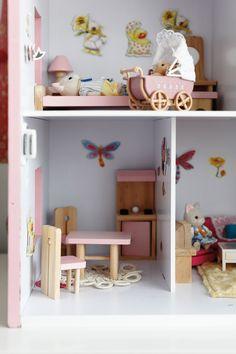 Nukkekoti on sisustettu kauniilla pienillä huonekaluilla.