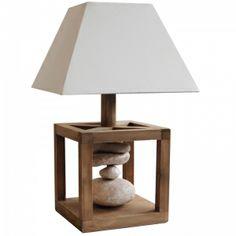 Lampe déco contemporaine avec pied en bois et superposition de galets véritables. Abat-jour blanc trapézoïdal très actuel...
