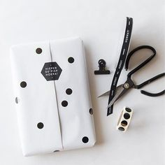 Dress your bday and trip gifts with your gift wraps. Pick from wrapping paper, surprise backpacks, bows, laces and ribbons and even more. Ecommerce Packaging, Smart Packaging, Paper Packaging, Pretty Packaging, Jewelry Packaging, Brand Packaging, Gift Packaging, Packaging Design, Branding