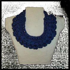 Madó Luaces: Gargantilla azul con cierre metálico en color plata