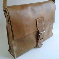 @estudiomatulao Messenger Bag, Satchel, Bags, Fashion, Handbags, Moda, Fashion Styles, Fashion Illustrations, Crossbody Bag