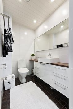 white tiled walls, black tiled floor, b bathroom Wc Bathroom, Bathroom Floor Tiles, Bathroom Toilets, White Bathroom, Bathroom Storage, Home Interior, Interior Design Living Room, Scandinavian Home, Dream Decor