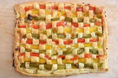 La crostata di peperoni salata è una ricetta coloratissima da preparare per uno sfizioso antipasto. Questa crostata salata, che sembra fatta soltanto di pasta sfoglia con peperoni,