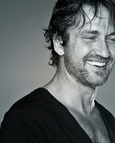 Gerard Butler, one of the most attractive actors out there. Do as he wishes and smile back ; Gerard Butler, Gorgeous Men, Beautiful People, Pretty People, Foto Face, Hommes Sexy, Raining Men, Good Looking Men, Famous Faces