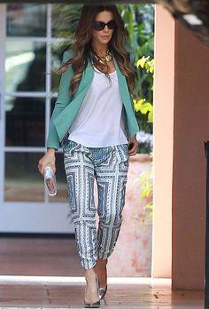 Seguro que nos inspiramos en este look de Kate Beckinsale con chaqueta en verde agua, camiseta básica, pijama pants estampados, cartera y salones metalizados y collar XL.