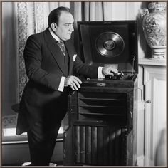 On January Opera tenor Enrico Caruso signed a recording contract with Victor Records that become the model for all recording artist contracts. Record Player Stand, Record Players, Talking Machines, Placido Domingo, Gramophone Record, Amadeus Mozart, Phonograph, Compact Disc, Opera Singers