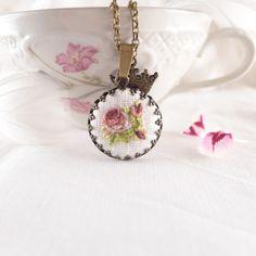 Naszyjnik haftowany ROSE, bordowe różyczki - atelier-Brocante - Naszyjniki z zawieszkami