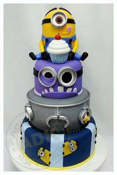 Despicable Me cake / Minions. Samurio Samurio Worrall Ver Laine This is so cool :D Minion Torte, Bolo Minion, Minion Cakes, Purple Minion Cake, Crazy Cakes, Fancy Cakes, Pretty Cakes, Cute Cakes, Dessert Design